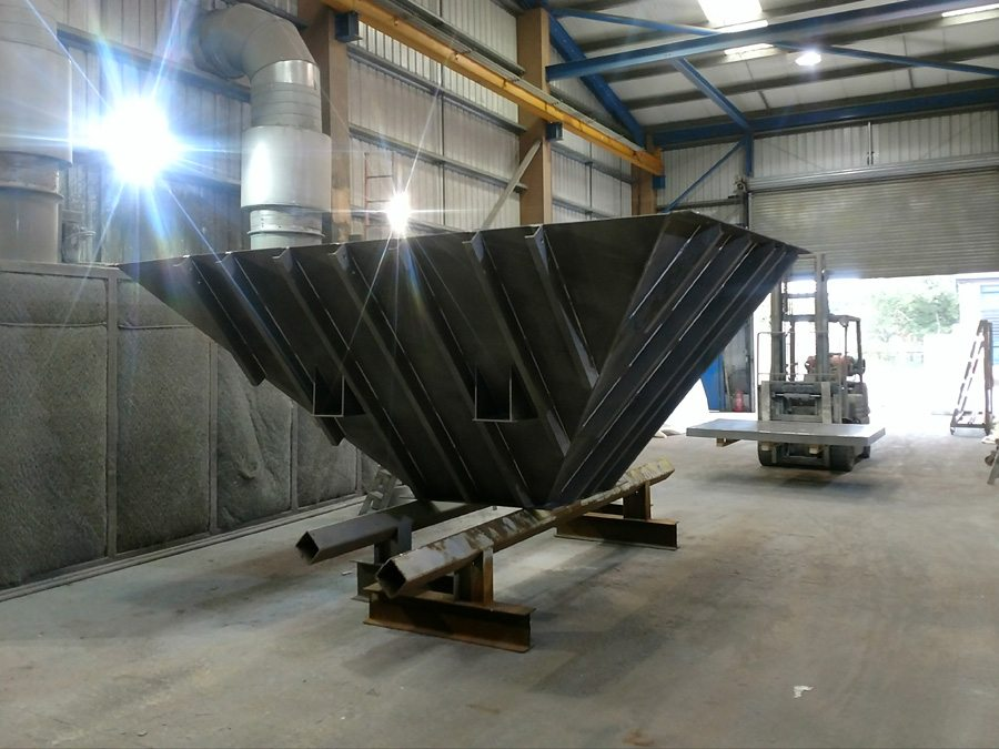 The hopper itself has sloping faces lined with 10mm 'perplas' low friction liners and an approximate volume of 14m³